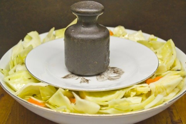 На капусту ставим тарелочку с грузом и оставляем мариноваться