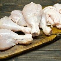 Разделываем куриные ножки и снимаем кожу