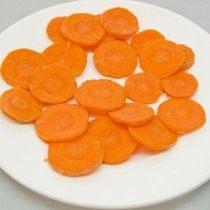 Нарезаем и бланшируем молодую морковь