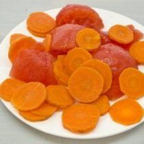 Нарезаем томат и смешиваем с морковью