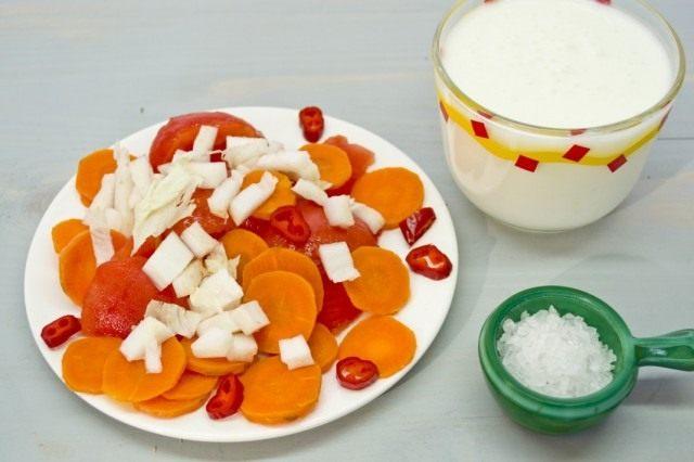 Измельчаем овощи, холодный греческий йогурт, немного хлопьев сладкой паприки и морскую соль по вкусу