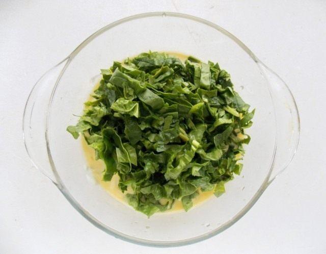 Добавляем нарезанный шпинат ко взбитым яйцам