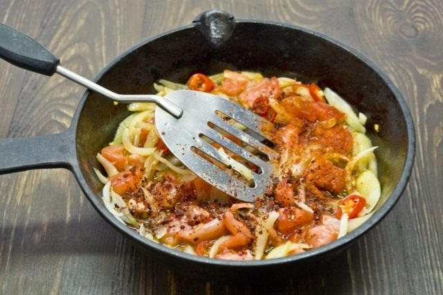 Добавляем томат и специи. Тушим 10 минут