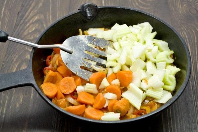 Добавляем порезанную крупно морковь и сельдерей, готовим ещё 15 минут