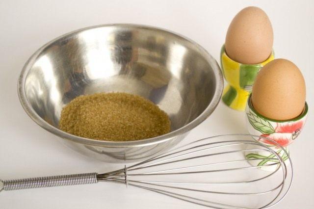 Тростниковый сахар и два крупных свежих яйца смешиваем венчиком