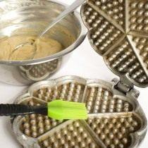 Разогреваем вафельницу, смазываем маслом и приступаем к выпеканию