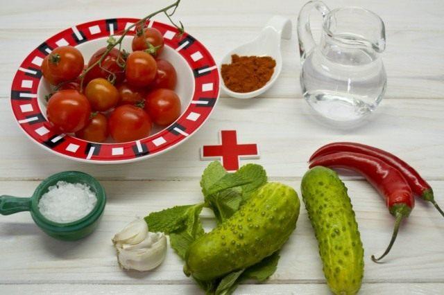 Ингредиенты на две порции холодного томатного супа гаспачо