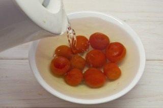 Надрезанные томаты кладём в кипяток на 2 минуты