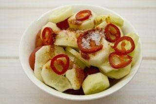 Добавляем к овощам сладкую молотую паприку и морскую соль