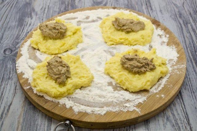 Формируем картофельные зразы с печенью