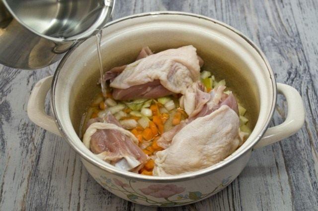 Добавляем курицу и заливаем холодной водой. Ставим вариться