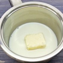 Растапливаем в молоке сливочное масло
