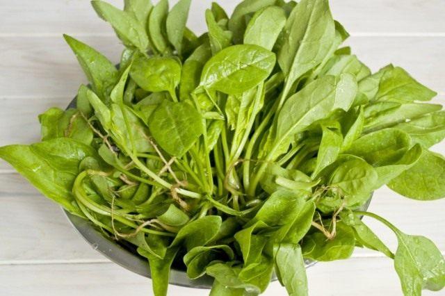Промываем зелень шпината