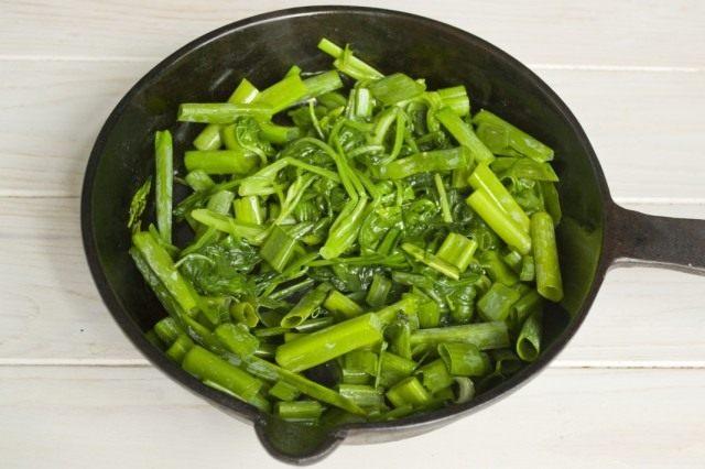 Добавляем зелёный лук и тушим ещё 3-4 минуты