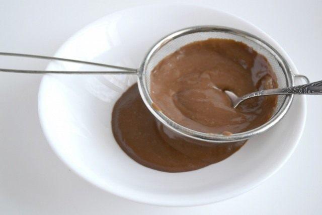 После загустения, кладём шоколад, перемешиваем и процеживаем сквозь сито