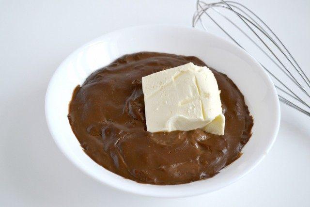 Остывший крем взбиваем со сливочным маслом. Добавляем коньяк