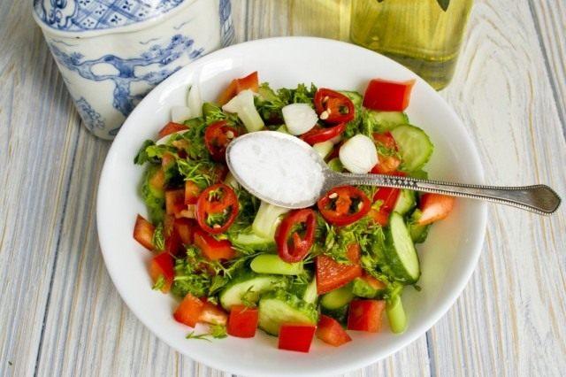 Солим, добавляем уксус и растительное масло. Перемешиваем