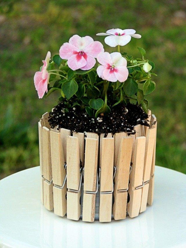 Декорирование цветочного горшка прищепками