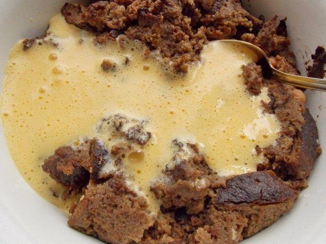 Вмешиваем желтки в размоченный хлеб