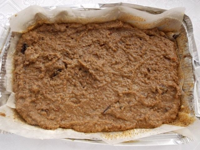 Выкладываем хлебную массу в форму для запекания