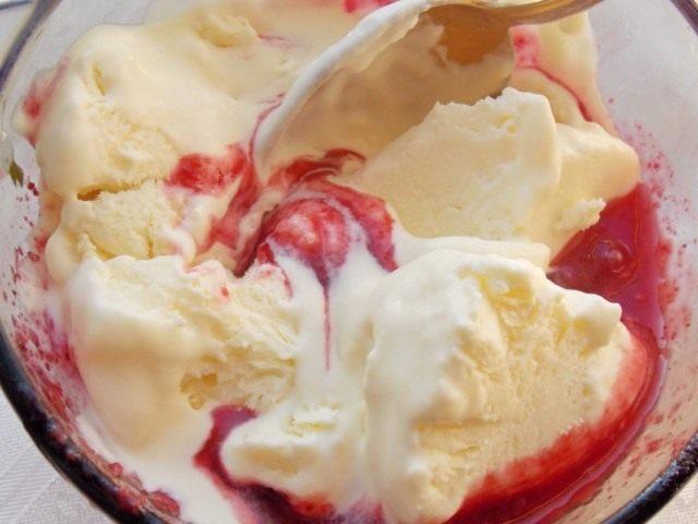 Смешиваем малиновый сироп с мороженым перед последней заморозкой