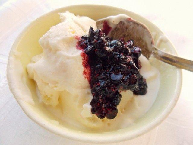 Смешиваем черничный джем с мороженым перед последней заморозкой