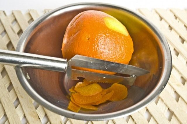 Нарезаем цедру и мякоть апельсина