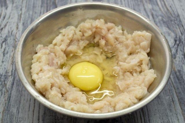Добавляем сырое куриное яйцо