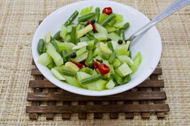 Смешиваем овощи и заправку, оставляем настояться