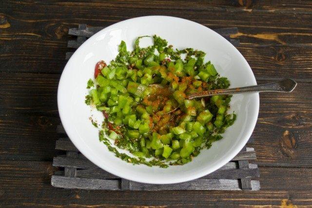 Добавляем в маринад зелёный болгарский перец