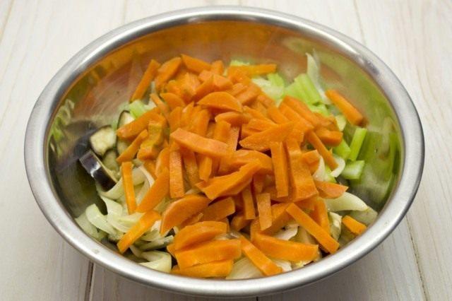 Добавляем бланшированную морковь