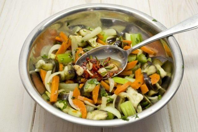 Добавляем к овощам заправку и перемешиваем
