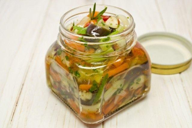 Раскладываем салат из баклажанов в банки. При необходимости стерилизуем