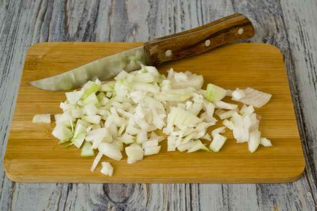 Нарезаем лук и пассеруем его в масле