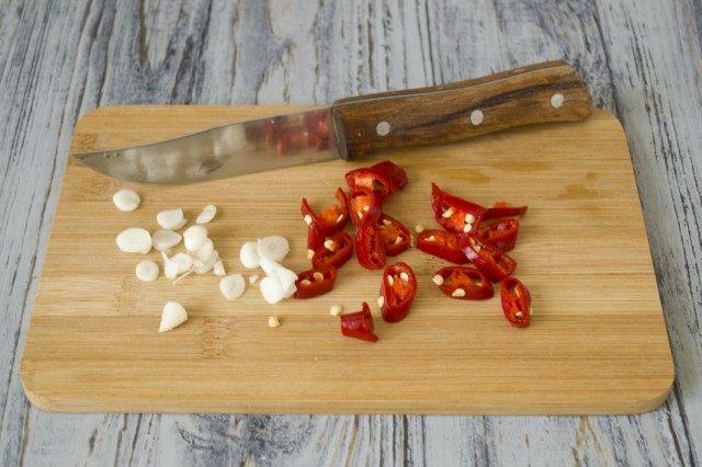 Добавляем чеснок и перец чили