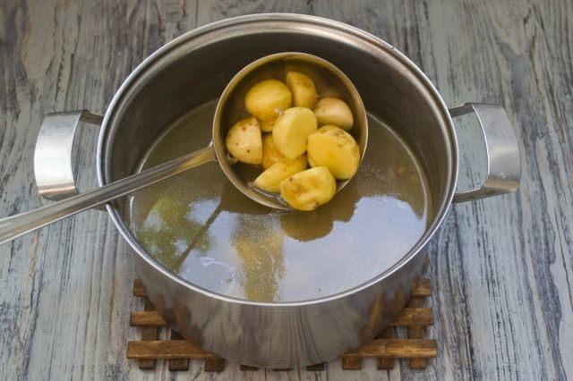 Добавляем картофель в бульон. Отвариваем