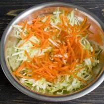 На крупной тёрке натираем морковь