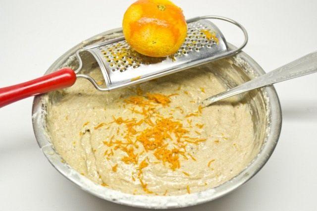 Смешиваем муку с жидкими ингредиентами. Добавляем цедру мандарина. Хорошо вымешиваем тесто