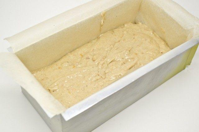 Выкладываем тесто в форму для запекания