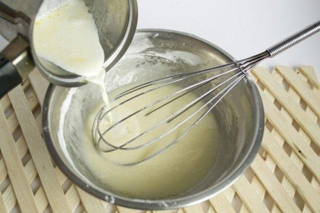 Смешиваем сливочное масло, сахар, яичный белок, сливки и крахмал