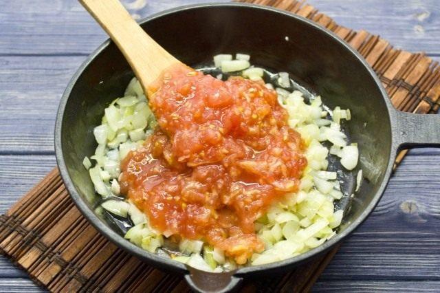 Добавляем измельчённый томат