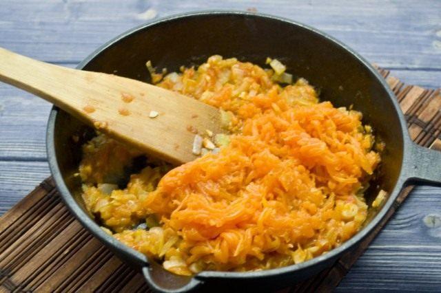 Добавляем отваренную морковь