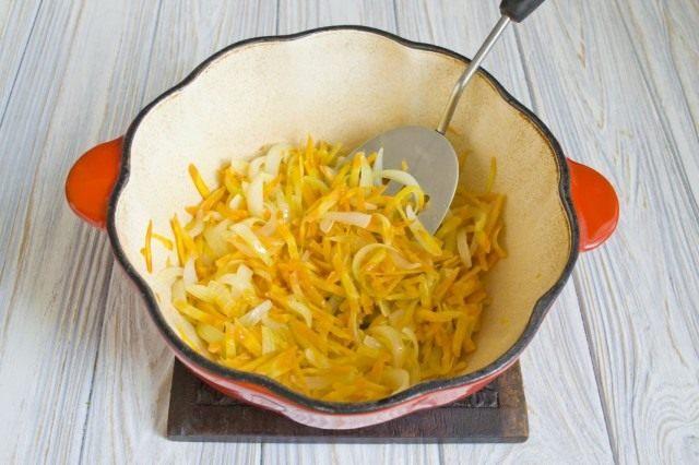 Добавляем натёртую морковь и готовим вместе с луком