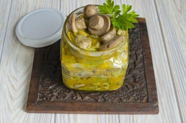 Выкладываем рагу из кабачков с грибами в банки и стерилизуем