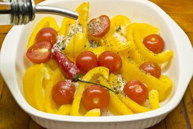 Заливаем овощи растительным маслом и ставим в духовку
