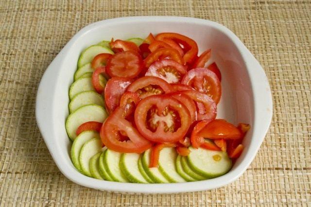 Нарезаем помидоры и выкладываем в форму