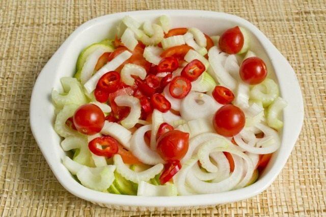 Кладём томаты черри и нарезанный острый перец