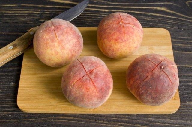 Надрезаем кожицу на персиках