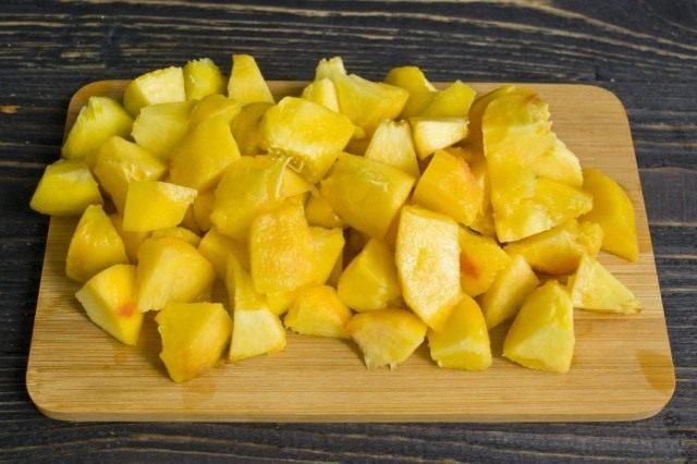 Нарезаем персики крупными кубиками