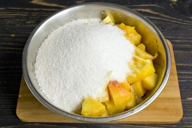 Засыпаем фрукты сахаром